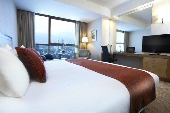Crowne Plaza Manila Galleria: Club Deluxe Room. Enjoy spacious comfort plus access to Crowne Club Lounge