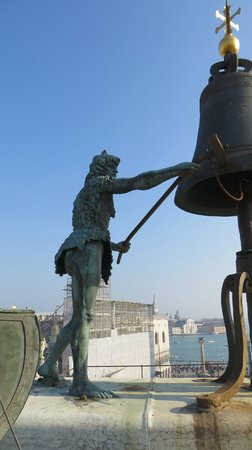 Torre dell'Orologio : Ringing the bell