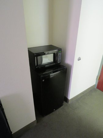SureStay Plus By Best Western Hotel Houston Medical Center: Microwave and fridge