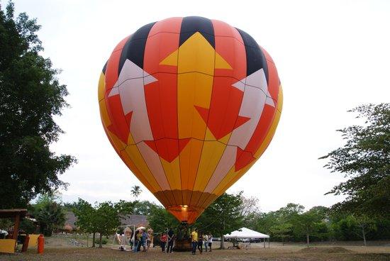 Hotel Porton del Sol: El globo a punto de elevarse.