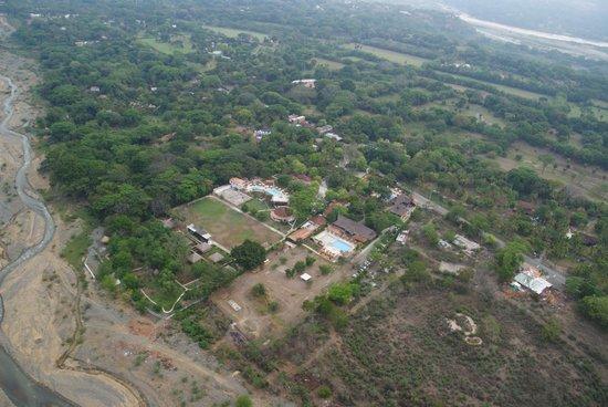 Hotel Porton del Sol: Vista del hotel (abajo) desde el globo.