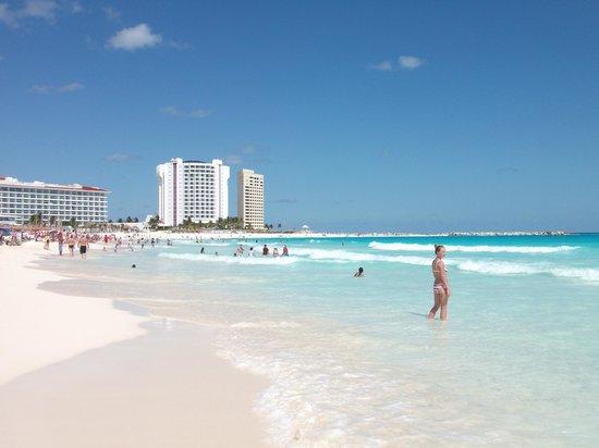 Grand Park Royal Cancun Caribe: Vista desde la playa hacia el norte