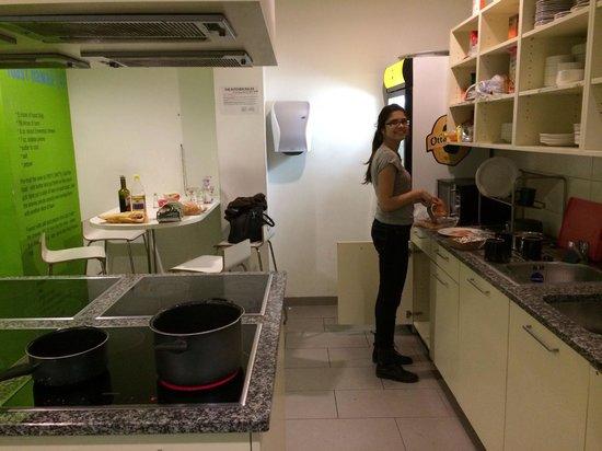 "wombats CITY HOSTEL Vienna ""THE NASCHMARKT"": Cozinha do hostel"