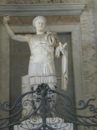 Arcibasilica di San Giovanni in Laterano: Statue of Constantine, first Christian Emperor