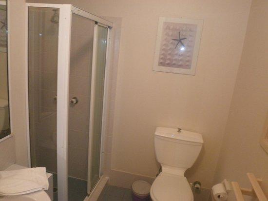 Cascade Gardens Holiday Apartments: bathroom