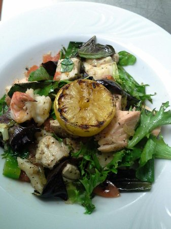 The View Grill : Warm seafood salad with wilted greens