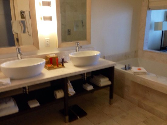 EPIC Hotel - a Kimpton Hotel: Bathroom has all you need