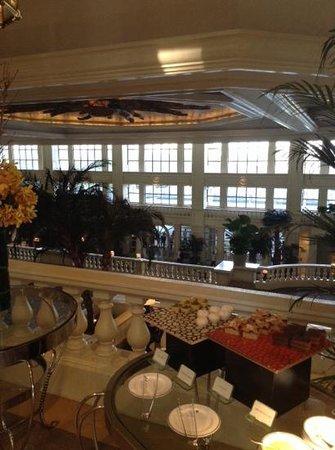 The Peninsula Manila: Lobby, Goldmemberbuffet