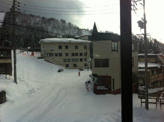Kamoshika Lodge Nozawa Onsen: Looking at the bar and Gondola