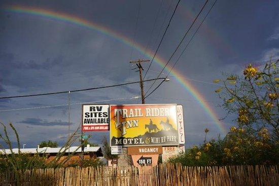 Trail Rider's Inn Motel: Sign with Rainbow
