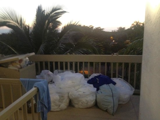 South Seas Island Resort: Last guests' laundry and garbage at our entrance upon arrival; still there in morning.