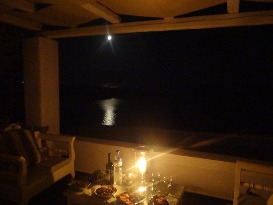Agali Houses: Moonlight during the light break - balcony