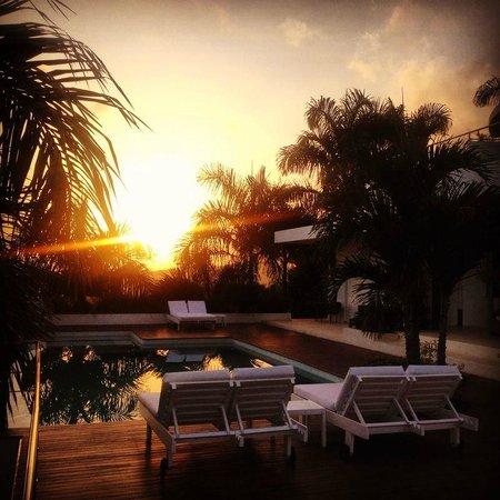 Casa La Nouba : La piscine à débordement vue mer