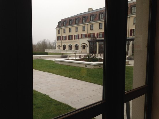 Radisson Blu Hotel at Disneyland Paris : View of outside grounds, looking to the right