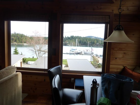 Snug Harbor Resort & Marina: View of inside of cabin