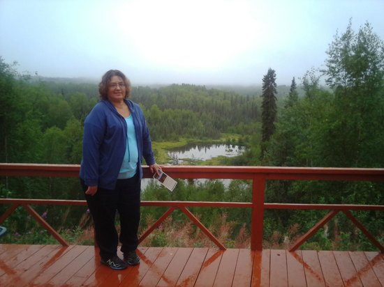 Talkeetna Denali View Lodge & Cabins : wife showing off the deck..