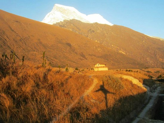 Llanganuco Mountain Lodge: Sunset by the terrace overlooking the Huascaran