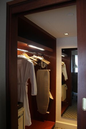 Four Seasons Hotel Sydney: Spacious walk-in closet