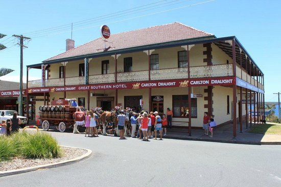 Great Southern Inn & Backpackers: Great Southern Inn Eden freshly painted with Clydesdale horses