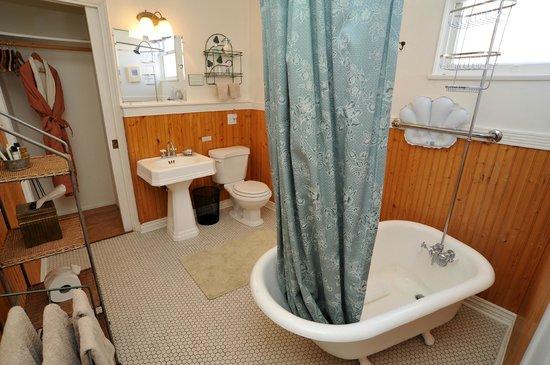 Royal Elizabeth Inn: The Sara Page bathroom