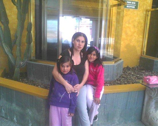 Hotel Corona Plaza Rosarito: aqui afuera del elevador.