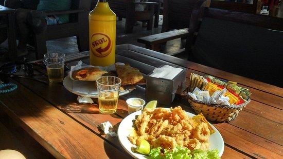 Fishbone: Empanadas de camarones(4) lula (rabas) con una cerveza de 600 cm para dos personas fue mucho y n