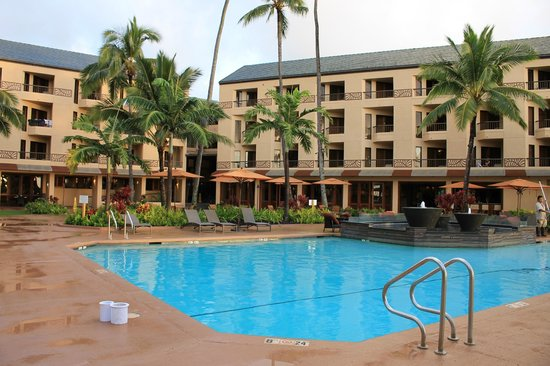 Courtyard Kaua'i at Coconut Beach : pool and dining area
