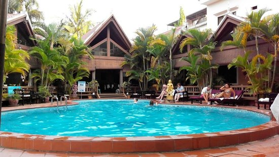 Angkoriana Hotel: Bar, restaurant and massage centre, surrounging pool.