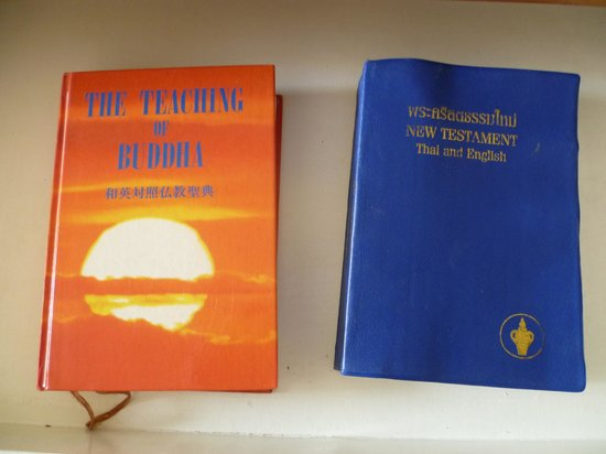 Imperial Pattaya Hotel : в ящике стола на выбор:библия или учение будды. правда в англо-тайском варианте