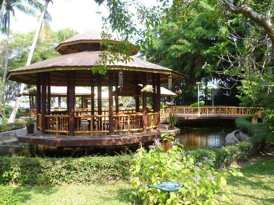 Imperial Pattaya Hotel : беседки на воде. внутри 3х беседок столики, кресла, вентиляторы,можно включить релакс-музыку
