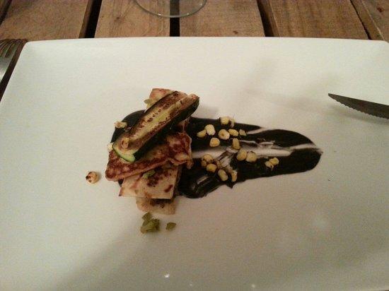 El Tupe: Cordero con queso y calabacin a la plancha y salsa de yogur con tinta de calamar