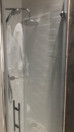 Matute11 Suites: Shower