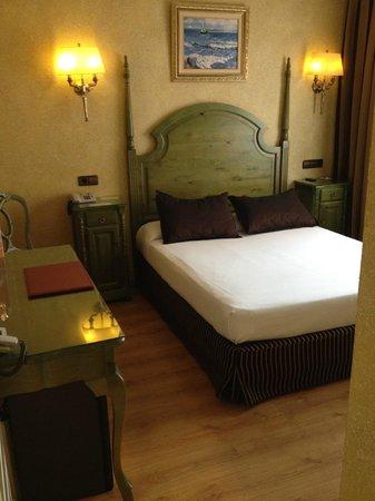 Salles Hotel Ciutat del Prat : Large uncomfortable bed