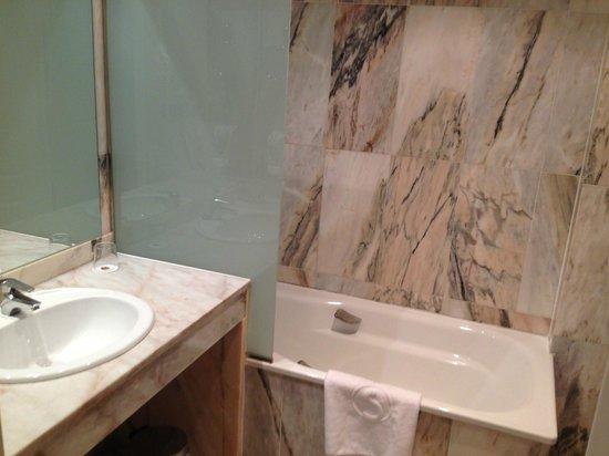 Salles Hotel Ciutat del Prat : Bathroom