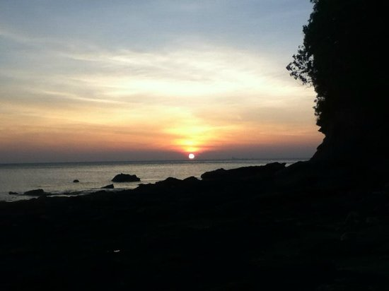Mu Koh Lanta National Park: Sunset from the rocky beach