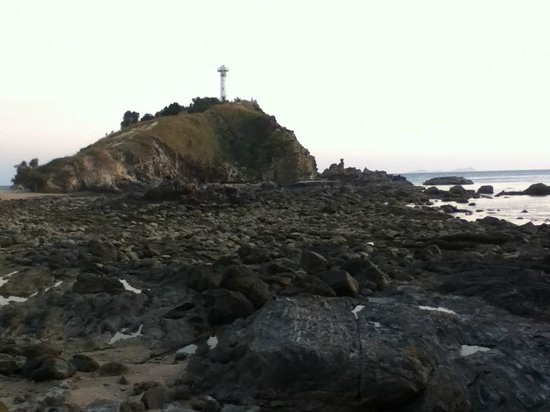 Mu Koh Lanta National Park : The lighthouse from the rocky beach