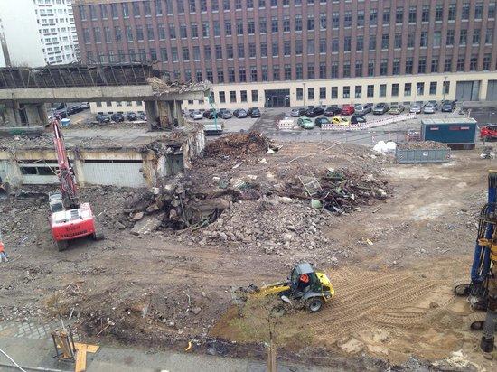 H2 Hotel Berlin Alexanderplatz: Odamdan manzara,07:00 da başlıyor çalısmalar