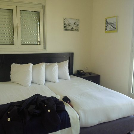 Ben Yehuda Apartments: One of the bedrooms with a view to the street