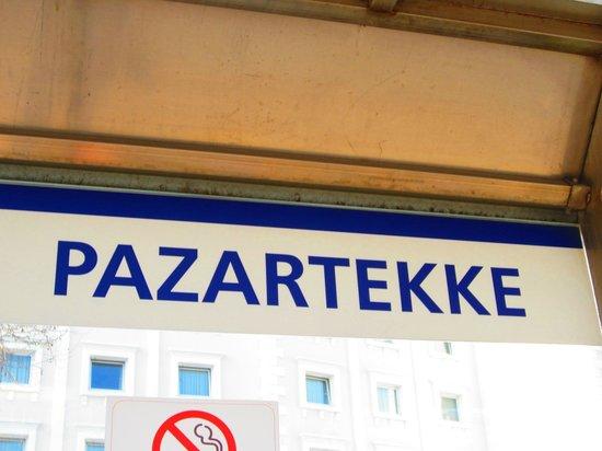 Eresin Hotels Topkapi: Estacion de metro que para delante del hotel