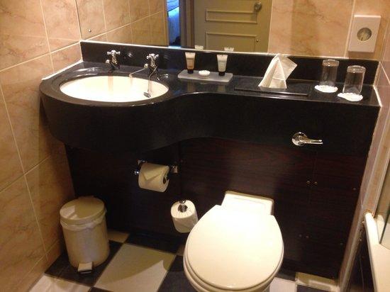 The Angel Hotel: Bathroom in room