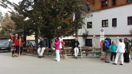 Villa Daniela Chalet & Restaurant : Fermata del pullman gratuito che porta alla funivia, proprio fuori dall'albergo!  Molto comodo