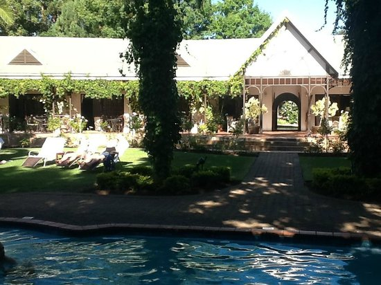 Hlangana Lodge: Garden, pool and main building