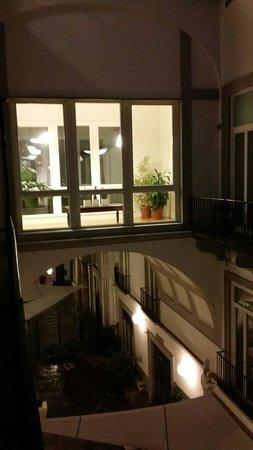Hotel Piazza Bellini : Vista notturna cortile interno