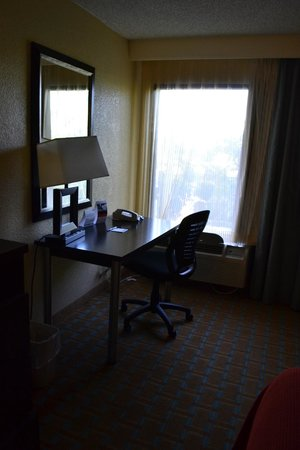 Holiday Inn Express Hotel & Suites Ft Lauderdale - Plantation: desk and airconditioning unit under the window