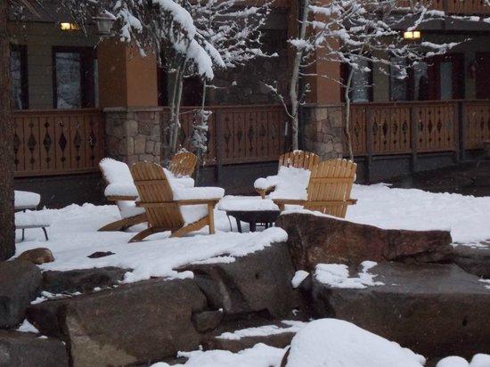 Silver Moon Inn : snowy chairs