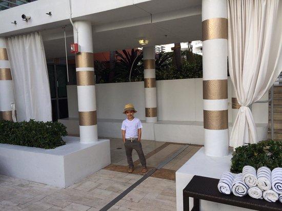 Hilton Bentley Miami/South Beach: Next to the hot tub!