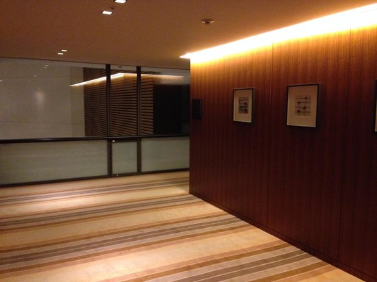The Strings by InterContinental Tokyo : 客室フロアの廊下1