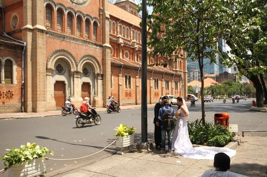 Saigon Notre Dame Cathedral : another wedding photo op