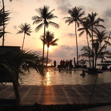 Mercure Koh Chang Hideaway Hotel: sunset poolside