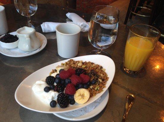 New Sheridan Hotel: Granola Breakfast at New Sheridan